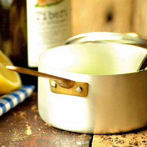 Elegant kasserolle med messing-håndtag